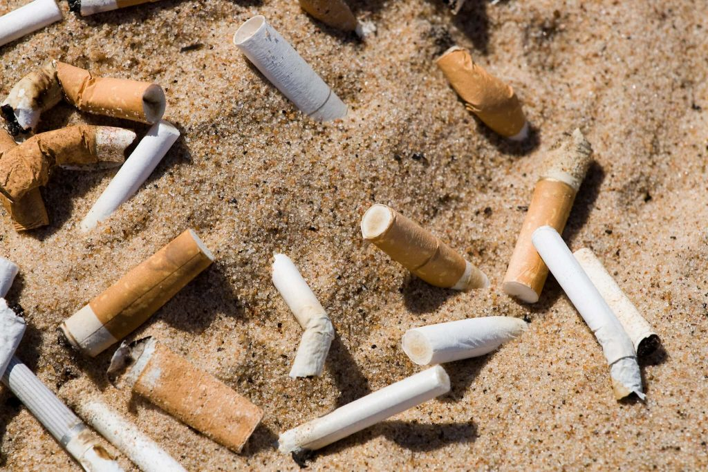 סיגריות קבורות בחול